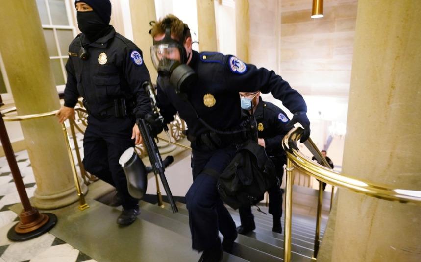 CNN: Funcionario policial perdió la vida por violencia en el Capitolio