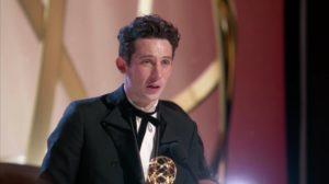 Josh O'Connor recibiendo su Emmy. Foto: CBS